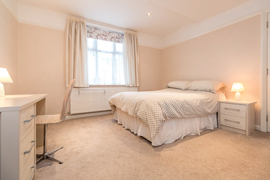 Large double bedroom Short Rentals Hale
